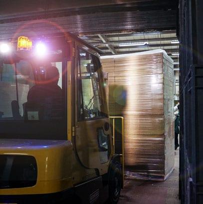 Forklift-truck-bringing-material-for-fibre-saws